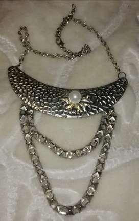 Collar plateado de aluminio