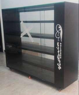 Ganga!! Vendo hermosas vitrinas en madera y vidrio, con luz LED, Rodachinas y Logo personalizado.