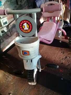 Triciclo con ruedas de goma y chapa