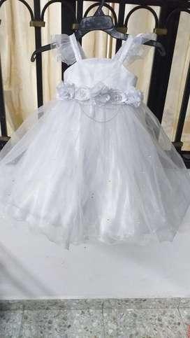 Se vende hermoso vestido para el bautizo y  un par de zapatos