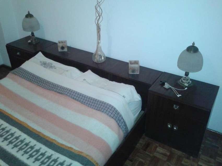 Vendo Jgo de dormitorio usado respaldo baulera mesitas luz cómoda. 0