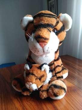 Tigre con cachorro de peluche