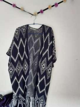 Vendo chal de color azul y blanco largo, acogedor y cómodo