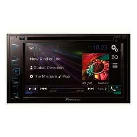 Equipo de sonido para carro completo con parlantes, planta, subwoofer y pantalla LCD.
