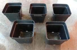 Materas de plástico, color negro, de 7 x 7 cm, altura: 5.7 cm, para uso en distintos ambientes, livianas y manejables