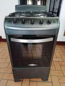 Vendo estufa en perfectas condiciones horno encendido eléctrico fogones nuevos funciona muy bien buena llama limpiesita.