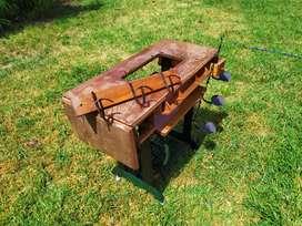 Mueble de maquina de coser. candelabro y perchero