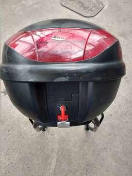Vendo  maletero con base para moto  en buen estado