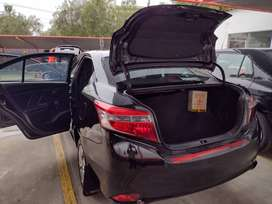 Toyota Yaris negro año 2015