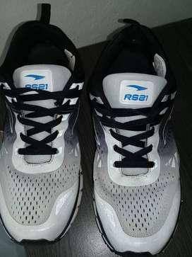 Zapatos deportivos casi nuevos