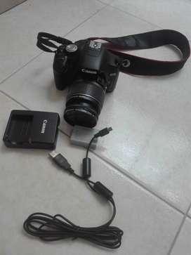 Cámara cánon Reflex con cargador, bateria y cable USB