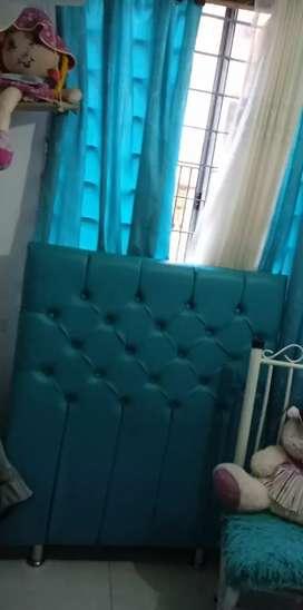 Cabecera para cama sencilla y cortinas