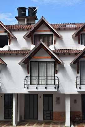 Casa de 3 pisos con 3 habitaciones y 4 baños