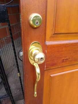 Puerta en cedro con doble seguridad