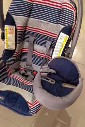 Asiento de coche y canasta para bebe