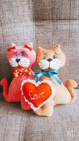 Peluche de corazón y pareja de gatito
