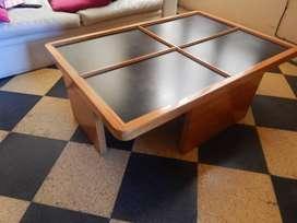 Mesa de madera con vidrio repartido