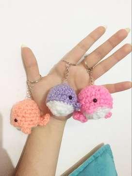 llaveros de ballenitas hechas con lana (crochét)