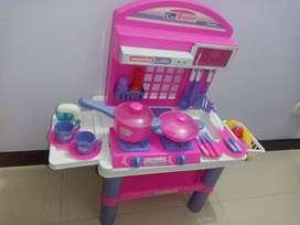 Este juguete es ideal para que las niñas desarrollen el juego simbólico ayudándoles a fortalecer el lenguaje, la imagina