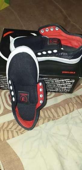 Vendo zapatillas unisex en caja líquido urgente los dos pares número 31 /33 escucho ofertas