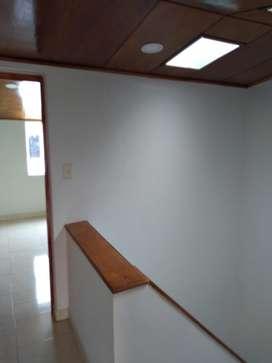 Casa sobre via principal en Chia, cuenta con local.