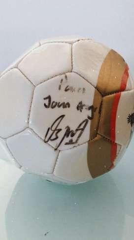 Balon autografiado por el jugador profesional David ospina