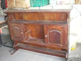 Alzada de Algarrobo con 2 estantes y dos puertas en muy buen estado