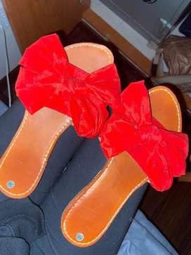 Sandalias rojas con moño