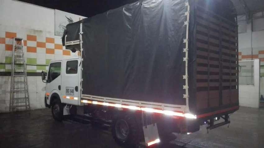 Vendo espectacular camión doblé cabina Nissan Cabstar bien cuidado con carrocería estacas  y piso en lámina nunca chocad