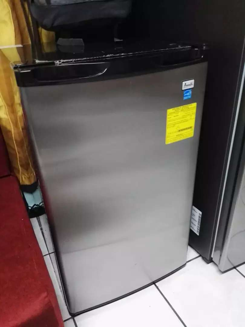 SE VENDE refrigeradora mini bar, acero inoxidable. 0
