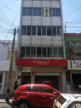 Alquilo Amplia Oficina Comercial para todo tipo de actividad económica ubicada en pleno centro de la ciudad de Tacna.