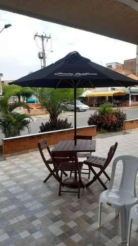 Mesa con parasol y sus cuatro sillas (madera)