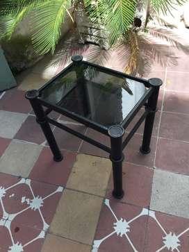 Mesa ratona de caño y vidrio negro