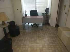 Oficinas con tres privados, actualmente dos consultorios odontogicos y sala de espera a la calle con balcón. Cerrado