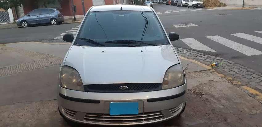 Ford Fiesta Ambiente 5 P plateado 2004