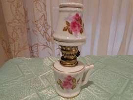 Preciosa Lampara A Kerosene Porcelana Florcitas Adorno De Vitrina