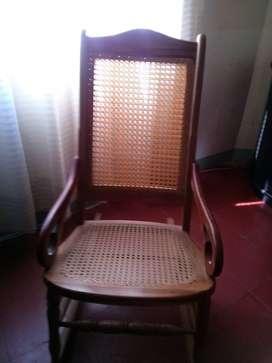 se vende silla mecedora en perfecto estado,en mimbre economica y negociable