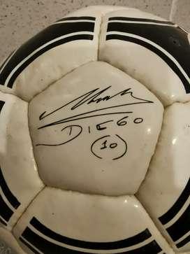 Pelota con la firma impresa de Diego Armando Maradona.