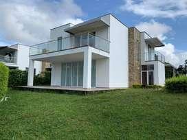 CASA TIPO CHALET en arrendo, 3 Habitaciones, 4 Baños, Sala-Comedor con Cocina (Concepto Abierto), Amplio Jardín