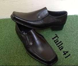 Zapatos de hombre totalmente nuevos