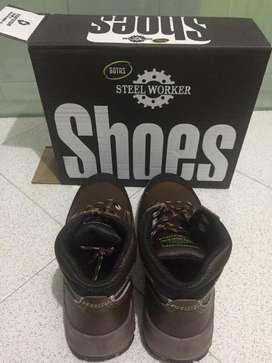 Vendo botas Steel Worker talla 40, NUEVAS, dieléctricas, color marrón