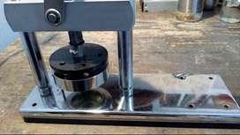 Maquina para armar pines con accesorios y materiales...