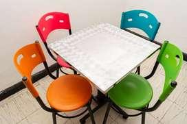 Se vende Juego De 4 Sillas Y Una mesa cuadrada en acero inoxidable Para heladerías, Cafetería, Comida Rápidas.