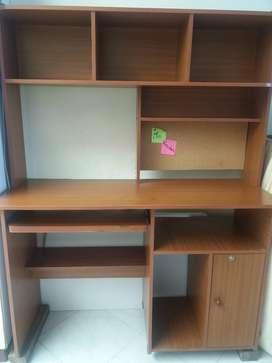 Mueble para computador con biblioteca y tablero en corcho