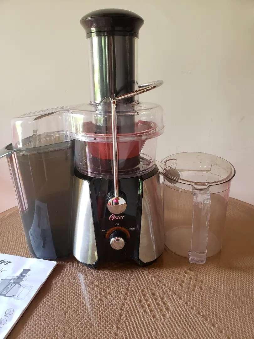 Extractor de jugos marca OSTER