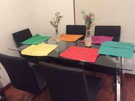 Comedor de 6 puestos con sillas.