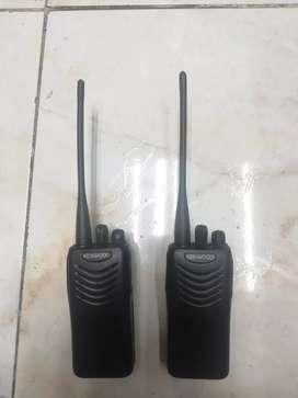 Vendo radios de comunicación marca kemwoo modelo TK 3000 con sus cargadores originales en muy buen estado y otros modelo