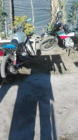 Busco un autito por esta dos moto que me ofrecen ycinco mil arriba