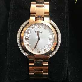 Reloj Bulova dama bisel con diamantes.