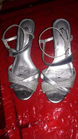 Se vende tacones tipo sandalia